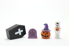 Calabaza Jack O& x27 de Halloween; linterna, sepulcros, momia, y ataúd en el fondo blanco Foto de archivo