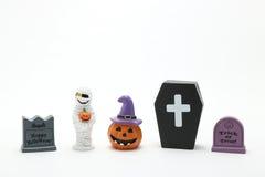 Calabaza Jack O& x27 de Halloween; linterna, sepulcros, momia, y ataúd en el fondo blanco Fotografía de archivo