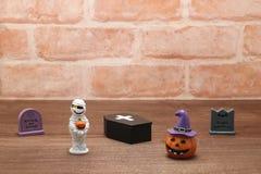Calabaza Jack O& x27 de Halloween; linterna, sepulcros, momia, y ataúd en la madera Imagenes de archivo