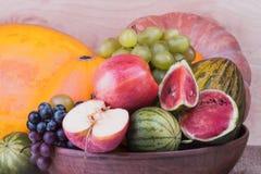 Calabaza madura útil con las manzanas y uvas y sandía madura a Imagenes de archivo