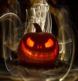 Calabaza o Jack-O-linterna tallada que brilla intensamente con las luces Foto de archivo