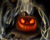Calabaza o Jack-O-linterna tallada que brilla intensamente con las luces Imagen de archivo