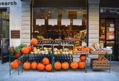 Calabaza para la venta durante Halloween delante de la tienda imágenes de archivo libres de regalías