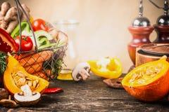 Calabaza que cocina concepto Preparación de las verduras del otoño en la tabla del escritorio de la cocina con el pote y los ingr Imagenes de archivo