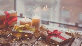 Calabaza, regalos y velas con las hojas de arce Imágenes de archivo libres de regalías