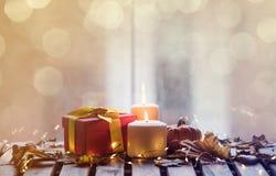 Calabaza, regalos y velas con las hojas de arce Imagenes de archivo