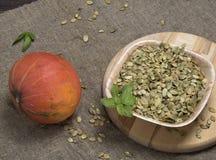 Calabaza, semillas de calabaza en tela áspera Fotografía de archivo libre de regalías