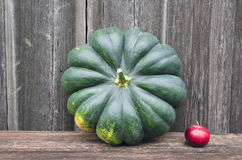 Calabaza verde grande y pequeña manzana roja Fotografía de archivo libre de regalías