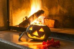 Calabaza y caramelo de Halloween cerca de un fuego imagen de archivo libre de regalías