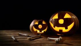 Calabaza y huesos tallados asustadizos de Halloween dos Fondo negro almacen de video