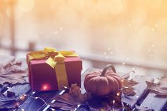 Calabaza y regalos con las hojas de arce y Ligths de hadas Fotografía de archivo