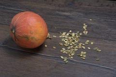 Calabaza y semillas de calabaza peladas Imágenes de archivo libres de regalías