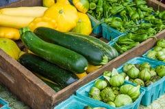Calabaza y tomatillos en el mercado foto de archivo