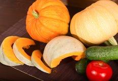 Calabaza y verduras - un pepino y un tomate Foto de archivo libre de regalías
