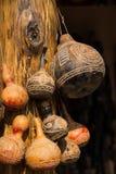 Calabazas africanas decorativas talladas que cuelgan en los posts Imagen de archivo