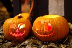 Calabazas anaranjadas de Halloween con las caras sonrientes foto de archivo