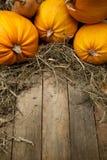Calabazas anaranjadas del arte en fondo de madera Fotografía de archivo