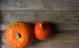 Calabazas anaranjadas orgánicas en la tabla de madera, fondo de la calabaza de la acción de gracias, cosecha del otoño Imagen de archivo