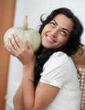 Calabazas atractivas y sonrisa de la explotación agrícola de la muchacha imagen de archivo