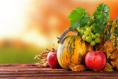 Calabazas coloreadas otoño en la tabla de madera Foto de archivo