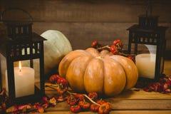 Calabazas con las velas en la tabla durante Halloween Fotos de archivo