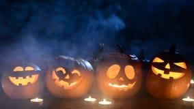 Calabazas de Halloween con humo almacen de video