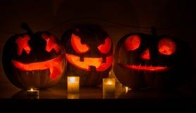 Calabazas de Halloween con la cara asustadiza y la vela ardiente Imagen de archivo