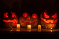 Calabazas de Halloween con la cara asustadiza y la vela ardiente Foto de archivo