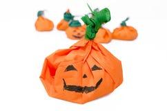 Calabazas de Halloween con los caramelos. Calabazas anaranjadas. Fotografía de archivo