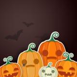 Calabazas de Halloween con los dulces y las hojas de otoño imágenes de archivo libres de regalías