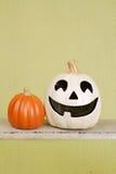 Calabazas de Halloween en banco de madera rústico Foto de archivo