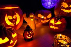 Calabazas de Halloween en el paisaje de la oscuridad de la noche Fotografía de archivo libre de regalías