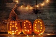 Calabazas de Halloween en fondo de madera Imagenes de archivo