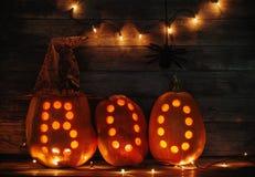 Calabazas de Halloween en fondo de madera Fotos de archivo