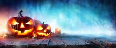 Calabazas de Halloween en la madera en un bosque fantasmagórico