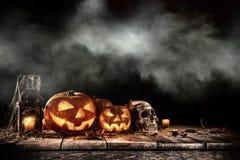 Calabazas de Halloween en la tabla de madera vieja Imagenes de archivo
