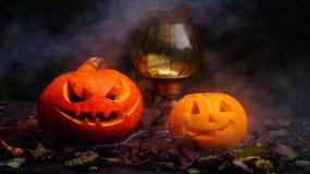 Calabazas de Halloween en la tabla de madera en un bosque espeluznante Fotos de archivo