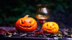 Calabazas de Halloween en la tabla de madera en un bosque espeluznante Foto de archivo
