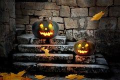 Calabazas de Halloween en la yarda de una casa vieja en la noche Fotografía de archivo libre de regalías