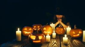 Calabazas de Halloween en tablones de madera almacen de video