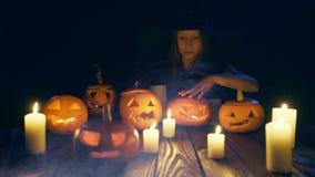 Calabazas de Halloween en tablones de madera metrajes
