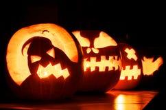 Calabazas de Halloween que brillan intensamente imagen de archivo