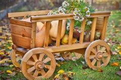 Calabazas de la cosecha en un carro de madera Imagen de archivo