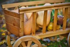 Calabazas de la cosecha en un carro de madera Foto de archivo