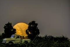Calabazas de la Luna Llena y del caramelo de la camioneta pickup Fotos de archivo libres de regalías