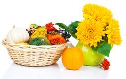 Calabazas de otoño en una cesta de la paja foto de archivo libre de regalías