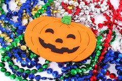 Calabazas de Víspera de Todos los Santos con los collares Fotografía de archivo libre de regalías