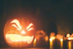 Calabazas del fantasma en Halloween ead Jack en fondo oscuro Decoraciones interiores del día de fiesta Foto de archivo libre de regalías