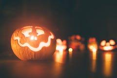 Calabazas del fantasma en Halloween ead Jack en fondo oscuro Decoraciones interiores del día de fiesta Imagen de archivo