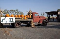 Calabazas en el carro viejo de la granja Fotografía de archivo